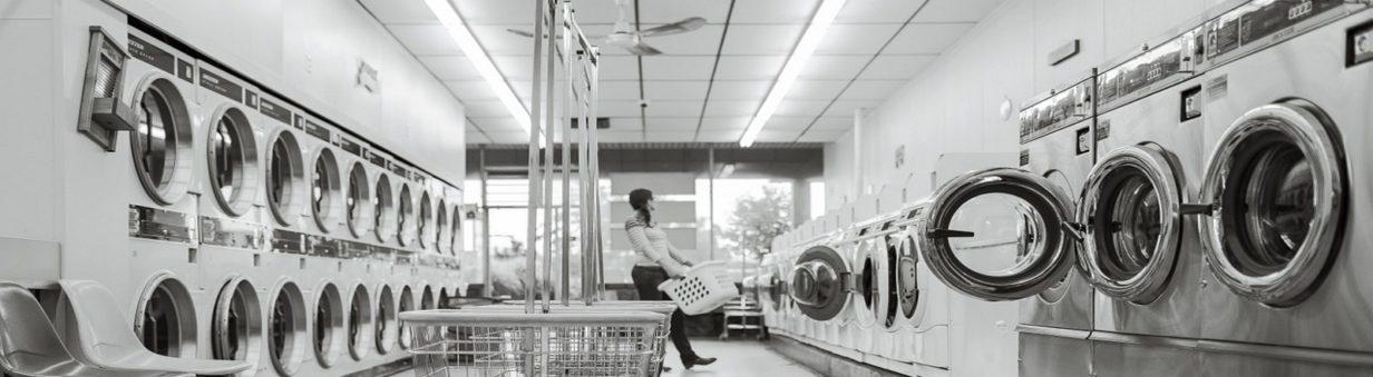 rangées de machines à laver et sèche linge