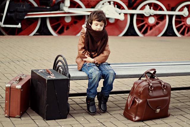 enfant qui attend avec ses bagages
