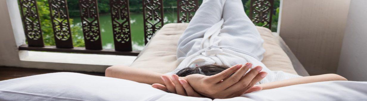 Femme qui se relaxe soulagée-Ce que je veux t'apporter ? Un sentiment de soulagement et de bien-être, le ouf feeling