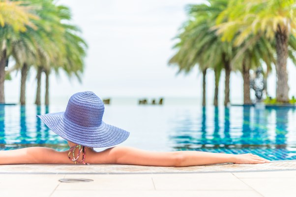 illustration femme qui profite au bord d'une piscine